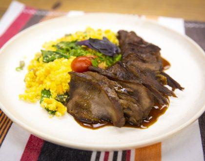 Língua Bovina com Caldo de Carne e Cuscuz